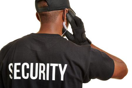 elementos de protección personal: hombre negro como guardia de seguridad desde atrás