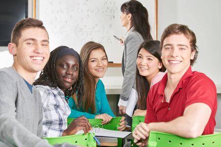 matematicas: grupo interracial de estudiantes adolescentes en clase de matem�ticas Foto de archivo