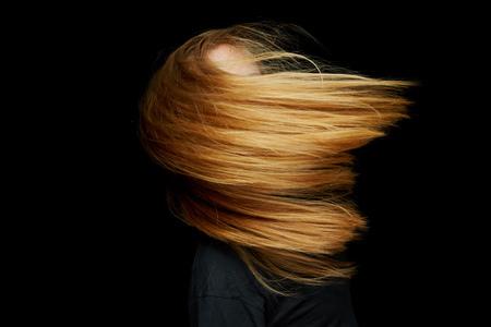 Blonde femme danse avec de longs cheveux volant dans la nuit