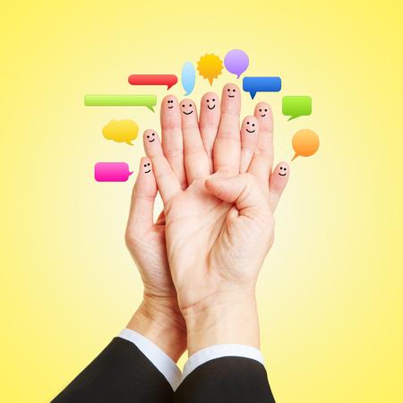 dialogo: Medios Sociales de Chat con muchos emoticonos en los dedos de las dos manos Foto de archivo