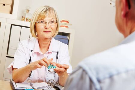 pangs: Female doctor telling recommended dosage for medication to a patient Stock Photo