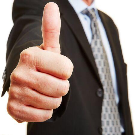 Homme d'affaires tenant le pouce comme concept pour recommandation et la victoire