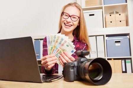 Udane kobieta z aparatu fotograficznego i komputera zarabiać pieniądze Zdjęcie Seryjne