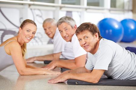 Vrouw als instructeur voor senior sport in een fitnesscentrum Stockfoto