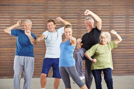 tercera edad: Mayores activos con potencia y energía en el gimnasio de la autodefensa de aprendizaje