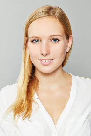 Colpo di testa di giovane donna bionda sorridente
