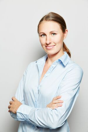 apprenticeship employee: Smiling young business woman with her arms crossed