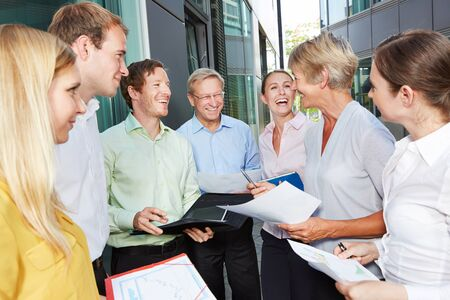 Happy Business-Leute lachen und reden außerhalb des Büros Standard-Bild - 52993775