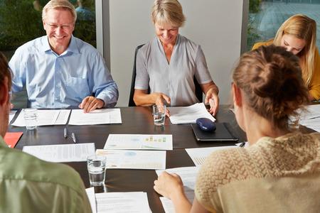 Ludzi biznesu, negocjowanie umowy w spotkaniu w sali konferencyjnej