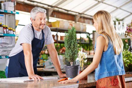 Kobieta rozmawia ze sprzedawca w sklepie z przedszkola