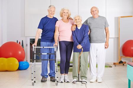 Feliz grupo de gente mayor que se coloca en sala de fisioterapia