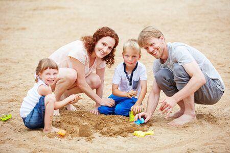 Familienurlaub mit zwei Kindern am Strand im Sommer