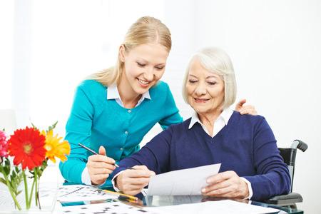 De zorg voor senior vrouw met een rolstoel in het gezin met kleindochter