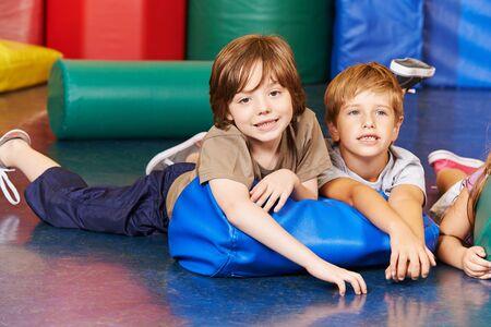 niño escuela: Dos niños en el gimnasio que pone en una almohada en la escuela primaria