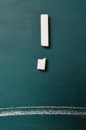 point exclamation: craie brisé comme point d'exclamation et de la ligne sur le tableau vert