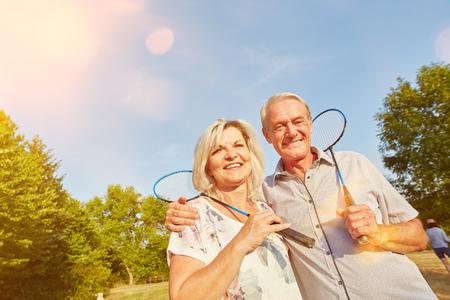 Joyeux couple senior en jouant au badminton en été Banque d'images