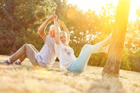 Felice coppia senior divertirsi in estate