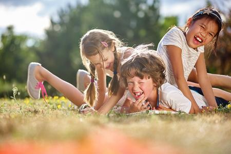 Glückliche Kinder spielen und Spaß im Sommer Lizenzfreie Bilder - 55606021