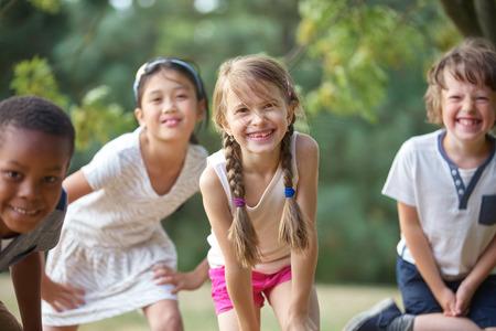 Interraciale groep kinderen plezier hebben en glimlachen Stockfoto