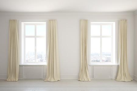 Leuke kamer met lange gordijnen op de ramen Stockfoto