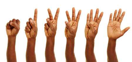 dedo meÑique: Hand of african man showing numbers from zero to five with his fingers