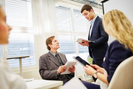 avvocato in incontro di lavoro come consulente competente
