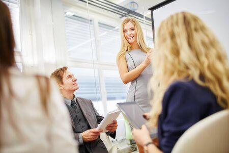 Femme dans un atelier donnant une présentation pour une équipe commerciale Banque d'images
