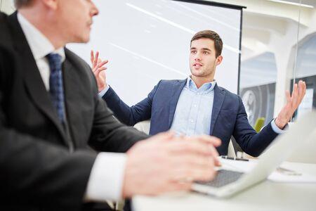 dialogo: Dos hombres de negocios en un diálogo sobre la consultoría en la oficina