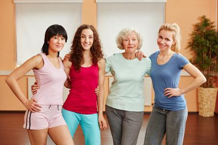 Team van vrouwen bij geschiktheidsstudio met hogere dame Stockfoto