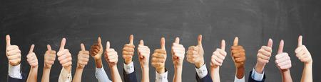 Kciuki do góry z różnych ludzi jak gratulacje Gest Zdjęcie Seryjne