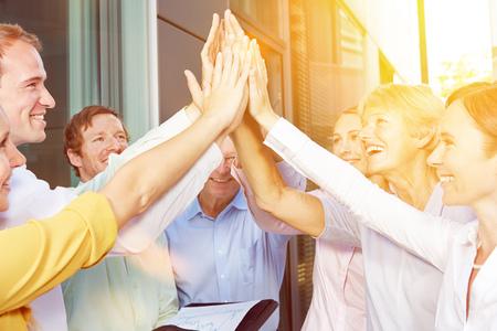 Start-up équipe commerciale donnant High Five avec leurs mains en été Banque d'images - 58828705