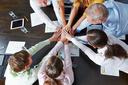 많은 비즈니스 사람들이 위에서 쌓아 팀워크 개념으로 손 스톡 콘텐츠