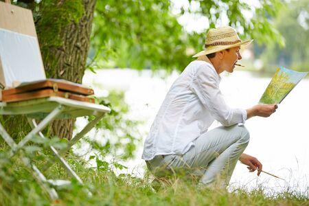 artistas: Mayor feliz imagen Pintura de la mujer en la naturaleza en verano
