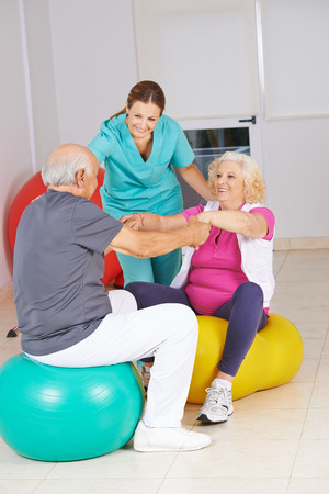 terapia ocupacional: Fisioterapeuta con las personas mayores en la fisioterapia en un hogar de ancianos