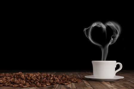 Cuore a forma di fumo sopra la tazza di caffè caldo fresco con chicchi di caffè (rendering 3D)