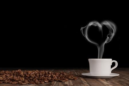 Humo en forma de corazón sobre caliente taza de café fresco con granos de café (3D Rendering)