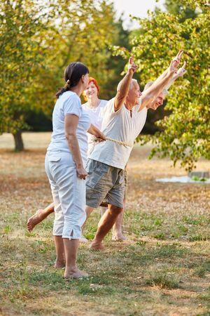suspenso: Las personas mayores que se ejecutan en un concurso en el parque