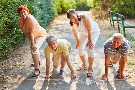 Gruppe von Senioren am Sart Punkt eines Rennens im Sommer im Park Standard-Bild - 60672717