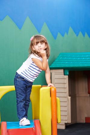 dedo indice: Muchacha que pone el dedo índice en la boca como muestra de ser reservado