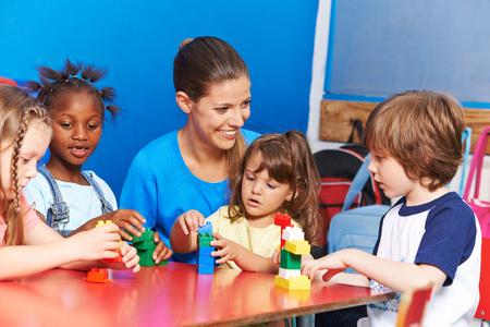 Kinder in der Kinderbetreuung spielen in Hortverein Standard-Bild - 61079673