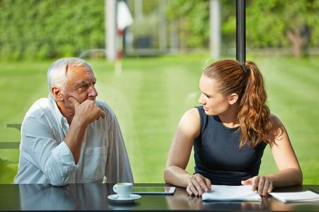 poblíž: Zamyslený právník myšlení v blízkosti podnikatelky na schůzi Reklamní fotografie