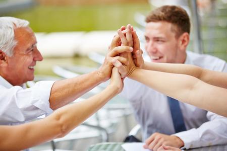 Vele handen van commercieel team dat high five voor de motivatie