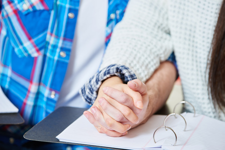 fidelidad: Adolescentes en el amor de la mano en clase en la escuela