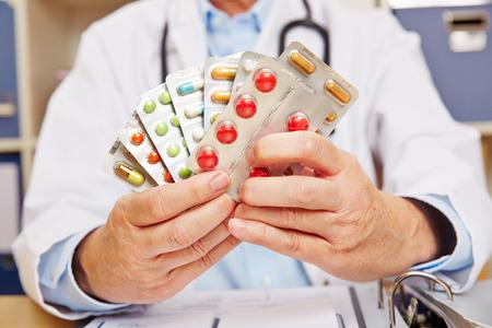 Docteur tenant beaucoup de médicaments sur ordonnance dans ses mains
