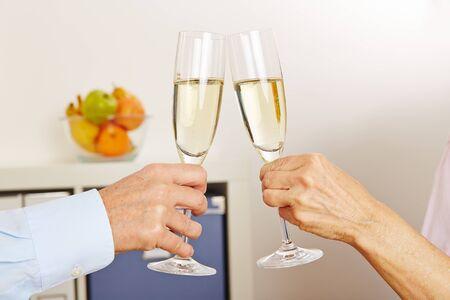 sektglas: Alte Hände Champagnergläser für Feier Klirren