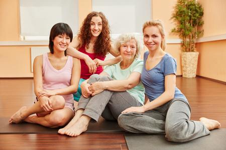 mujeres felices: mujeres felices en la clase de yoga en el gimnasio