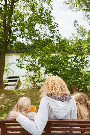madre soltera: madre soltera con dos niños sentados en el banco