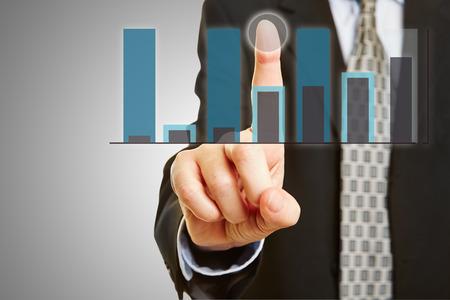 klik: Manager met financiële analyse van touchscreen Stockfoto
