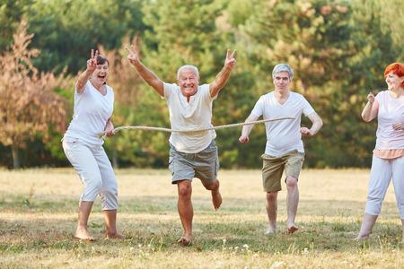 Gelukkige oudsten het winnen van de loopwedstrijd in het park Stockfoto