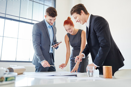 apprenticeship employee: Successfull business people finding solution and cooperation in start-up meeting